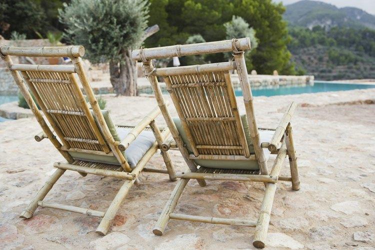 Una vez que son pintados, los muebles viejos de bambú están listos para instalarse al aire libre.
