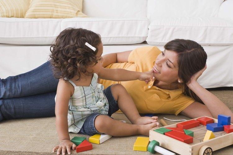 Ponte en el suelo y juega con tu bebé mayor.
