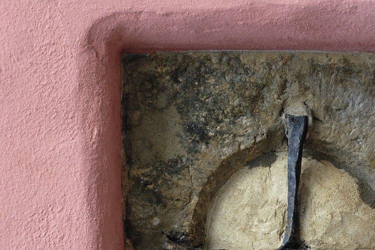 Elige una pintura que oculte las imperfecciones de una pared de yeso.