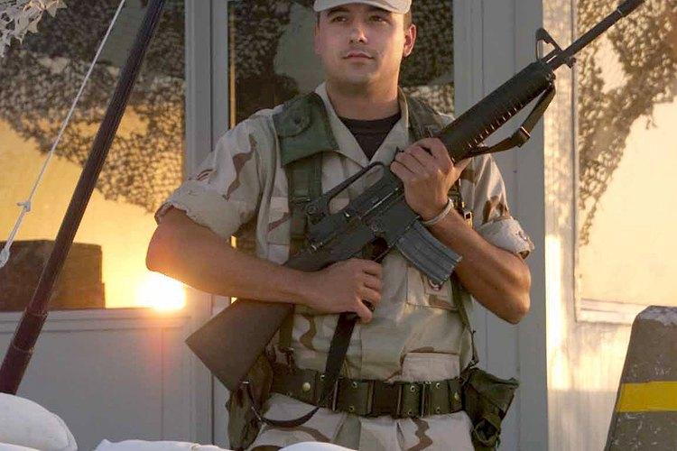 El aviador de primera clase, Nicholas Shuler, hace guardia en la base aérea Al Udeid en Qatar.