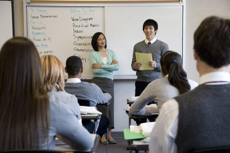 Un profesor y estudiantes.