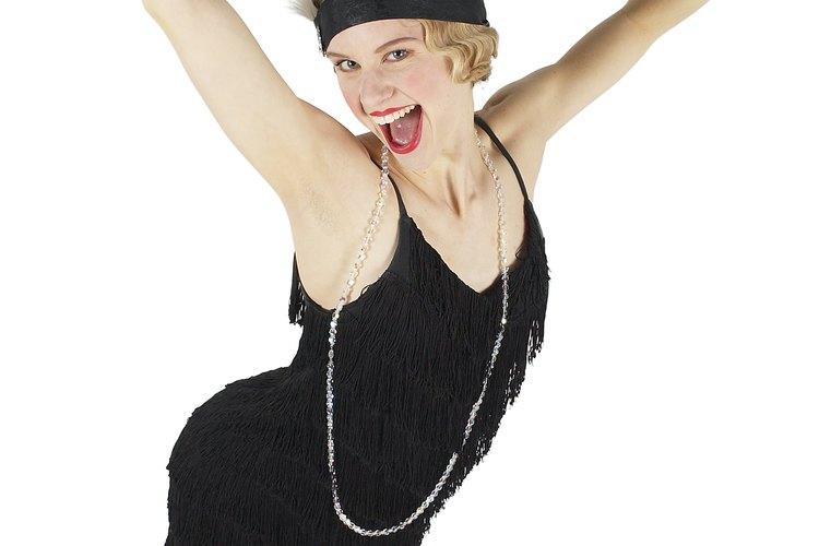 Convierte un vestido negro liso en uno de flapper.