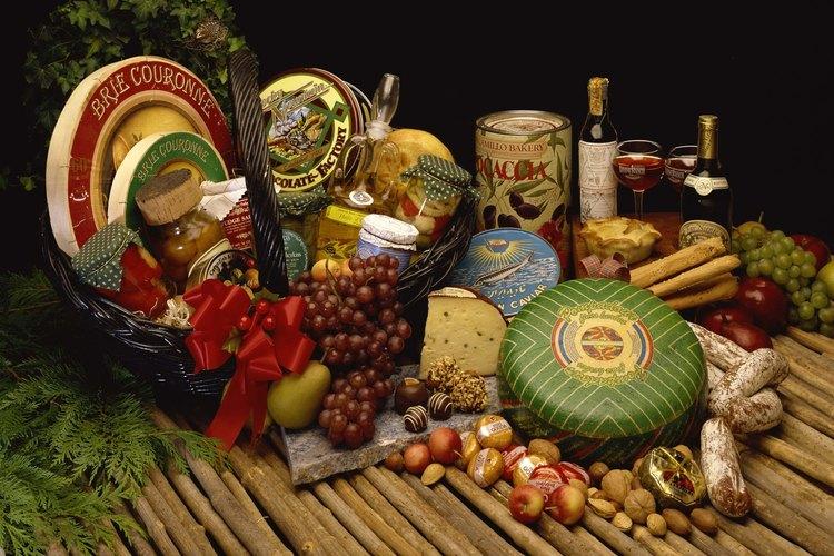 Una canasta con alimentos deliciosos es un buen regalo.