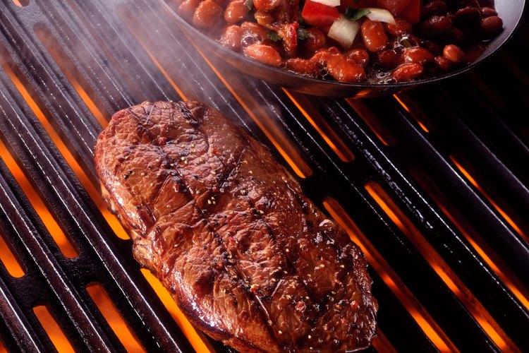 Se puede concluir que una barbacoa al aire libre es una estufa alimentada por carbón o madera sobre la cual la carne se calienta indirectamente y se cocina lentamente.