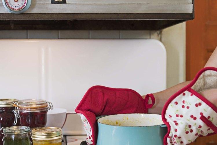 Prepara la salsa café ligera o picante, dependiendo de tu gusto.
