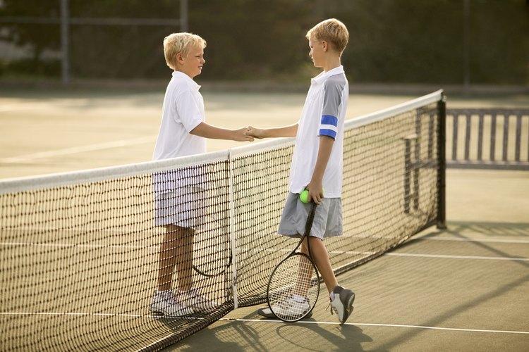 Lleva a tu hijo a una tienda de artículos de tenis o a un profesional de  enseñanza si no estás seguro del mejor tamaño de raqueta.
