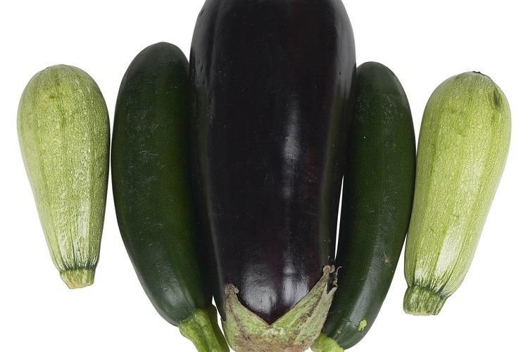Una berenjena es técnicamente una baya, aunque normalmente se prepara y se come como un vegetal sabroso.