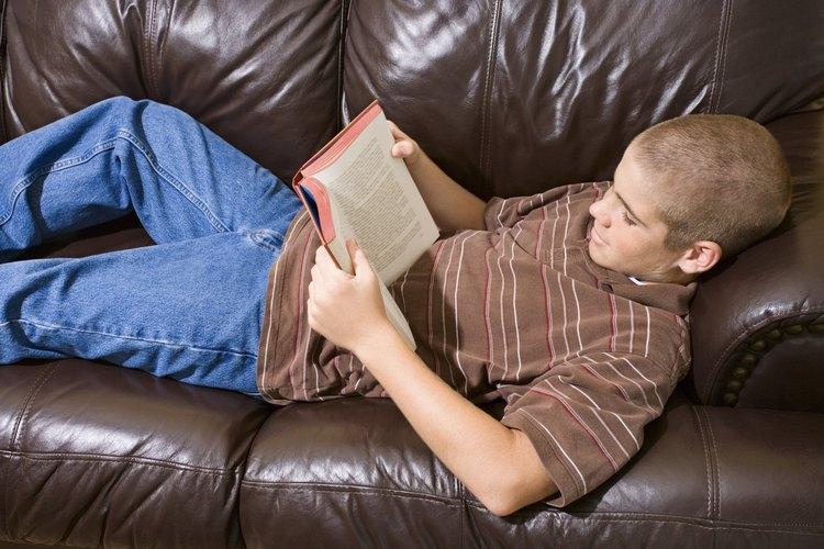 Muchos muchachos adolescentes disfrutan una atrapante aventura de ciencia ficción.