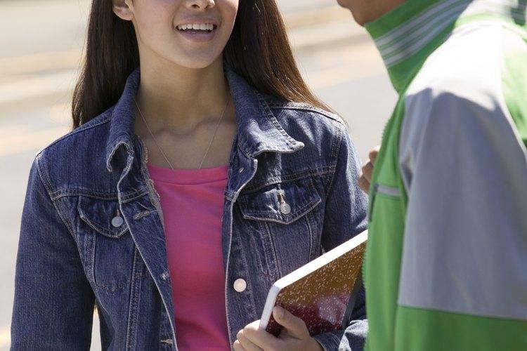 La School of Public Health at UCLA utiliza consejeros de iguales que fomentan comportamientos específicos de salud entre los adolescentes. Los adolescentes responden bien a los compañeros que han sido sometidos a tratamiento y lo recomiendan a sus compañeros.
