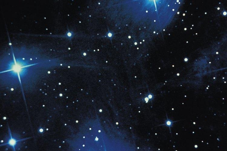 Las estrellas en el cielo aparecen más brillantes gracias a la capacidad de recogida de luz de la lente del objetivo o espejo.