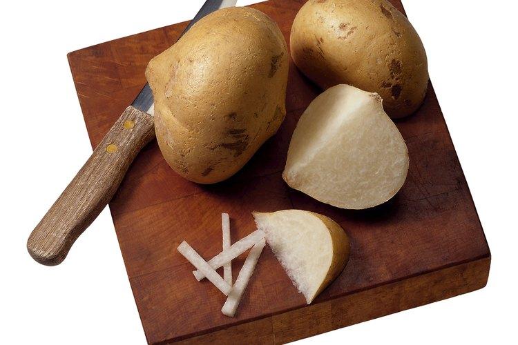 Las raíces de la jícama tienen un sabor a manzana y se parecen a las patatas.
