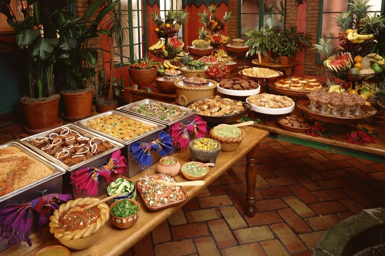Prepara muy bien la comida en un banquete de acuerdo a la cantidad de personas que vayas a recibir.