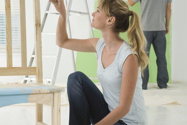 Extiende una tela de pintor en la zona en la que estás trabajando.