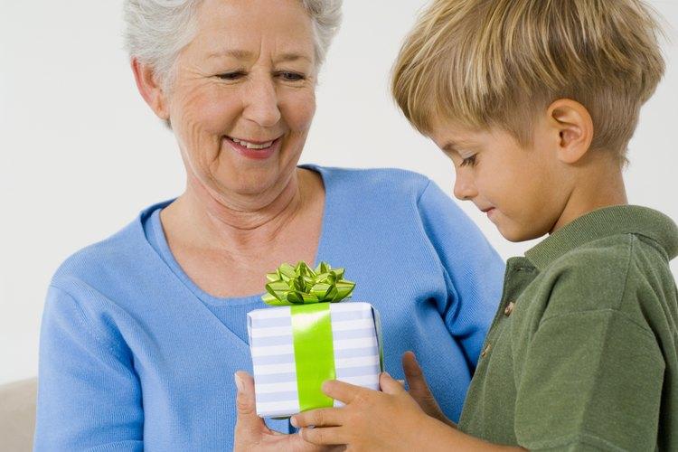 Los familiares cercanos y amigos pueden optar por dar un regalo simbólico a un niño de 7 años.