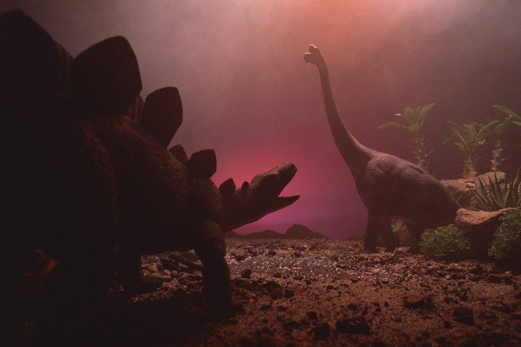 Tu hijo puede crear un proyecto de arte con la temática dinosaurio.