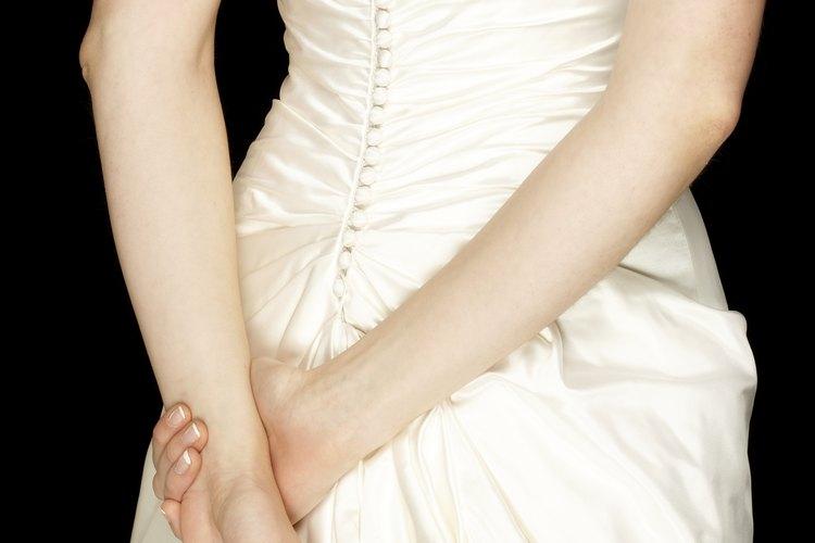Un vestido de novia puede verse muy elegante colocando adornos en la parte de la espalda.