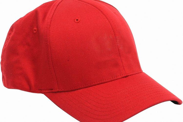 Utiliza una gorra de béisbol.
