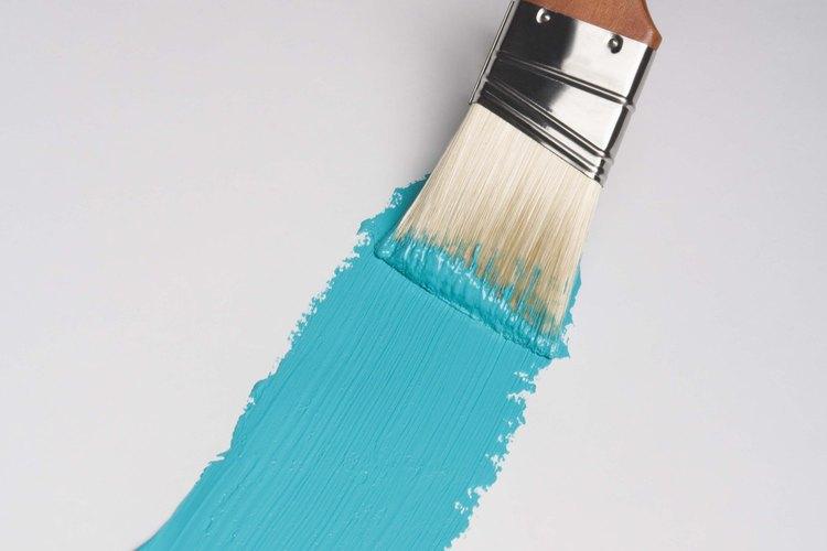 Aplica el removedor sobre la barandilla con una brocha.