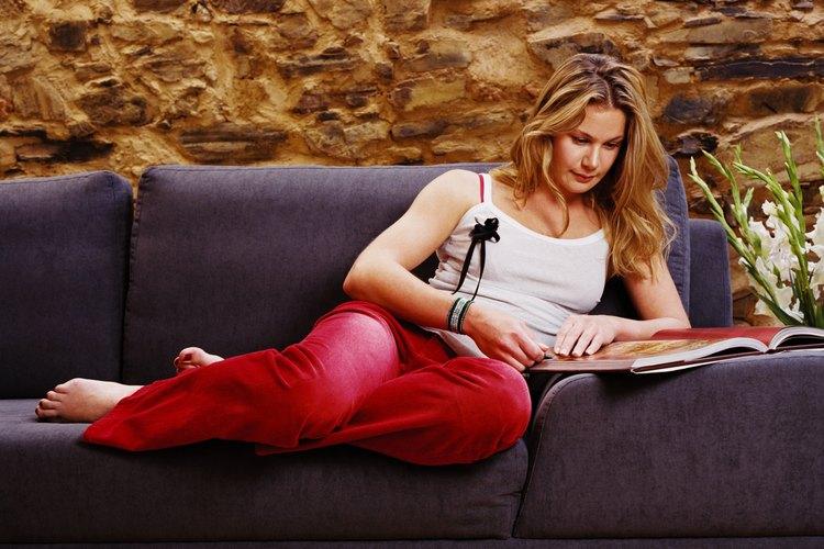 Una mujer en un sofá marrón.