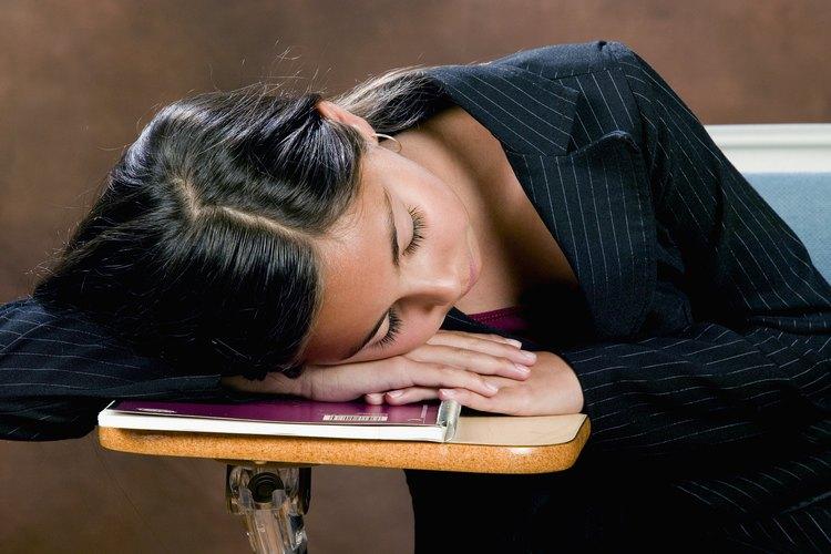 Adviértele a la adolescente que evite la cafeína si se cansa en la escuela.