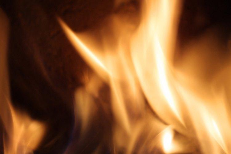 Un fuego puede mantenerse prendido por largos periodos usando briquetas más que madera.