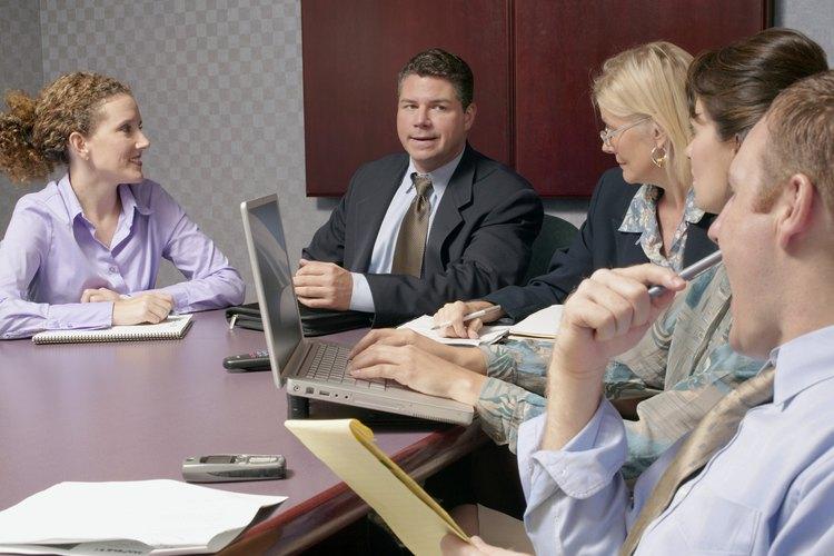 El director administrativo ayuda a que todos los departamentos cumplan sus funciones.