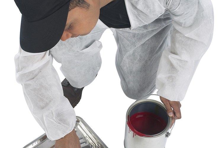 Puedes cubrir las manchas de nicotina de tu techo con la ayuda de un agente desengrasante.