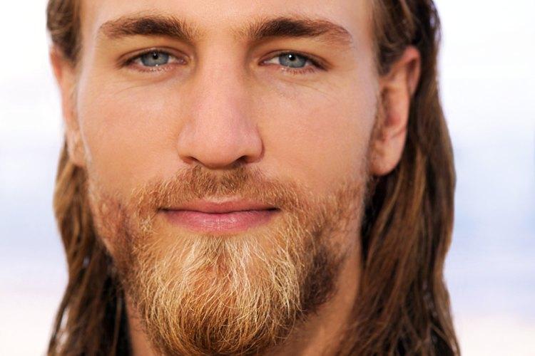 Una barba de dos tonos es un estilo natural para algunos hombres.