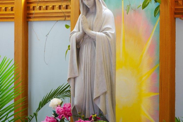 Ofrece a María ramos de rosas, mientras rezas el Rosario.