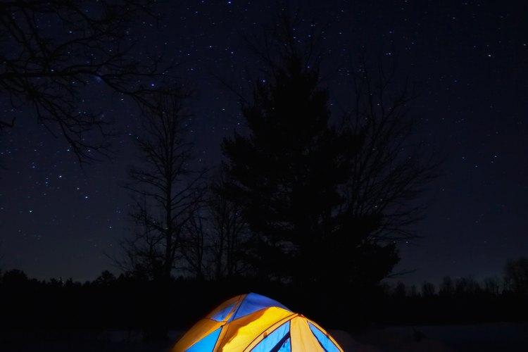 Acampar bajo las estrellas es una forma divertida de terminar un día de actividad de montaña.