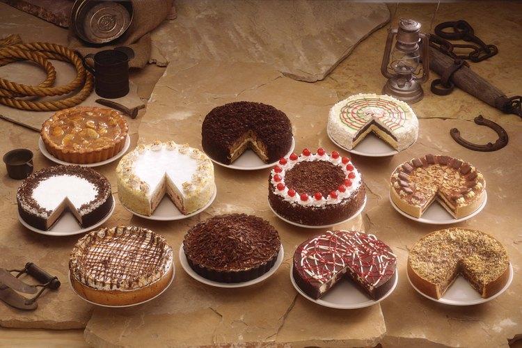 Después de decorar los pasteles, haz juegos como la papa caliente.