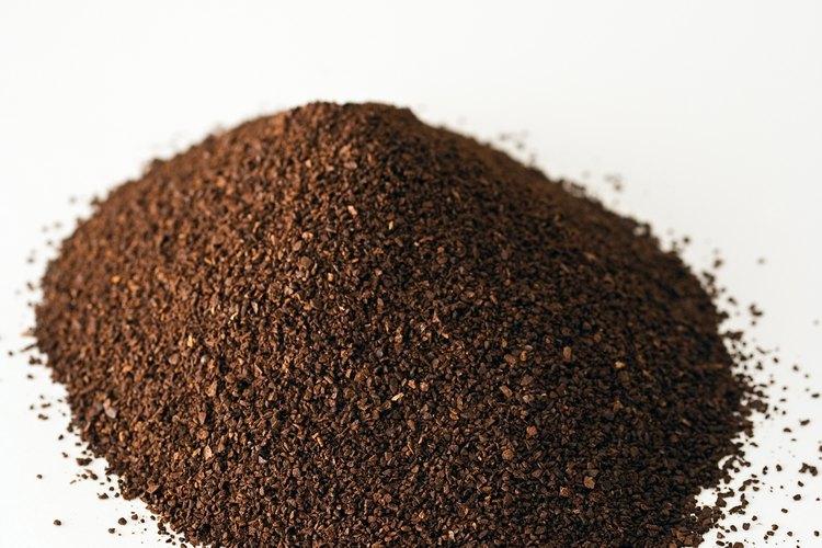 Las semillas de café se recolectan a mano y pasan por varios procesos como la fermentación, lavado y tostado para el consumo.