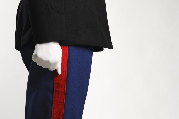 Sólo los hombres pueden usar tirantes con su uniforme de gala.