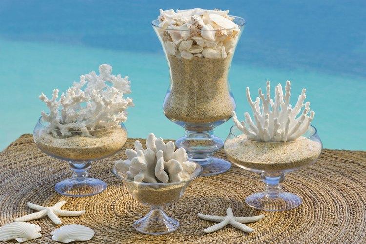 Llena los jarrones con arena de playa, conchas o corales para darle un tema playero o veraniego.
