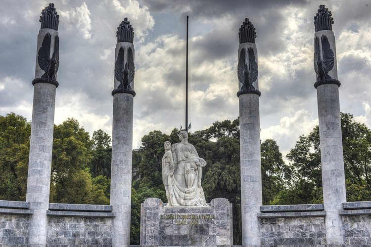 La estatua de los nueve héroes del parque de Chapultepec.