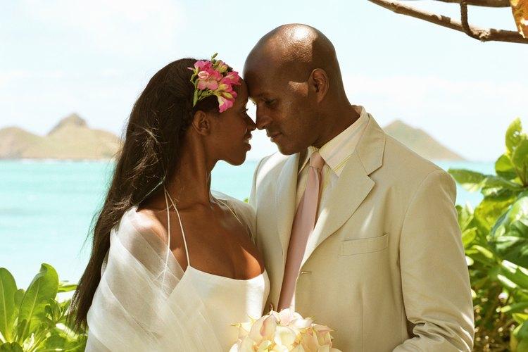 Las parejas en Hawai pueden elegir bodas en la playa, al atardecer o en el mar.