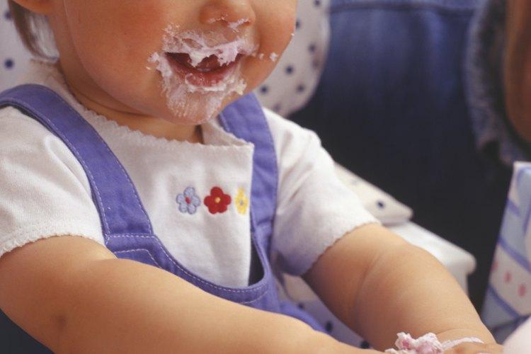 Colócale un babero de bebé o estate preparado para cambiar su ropa después de la comida.