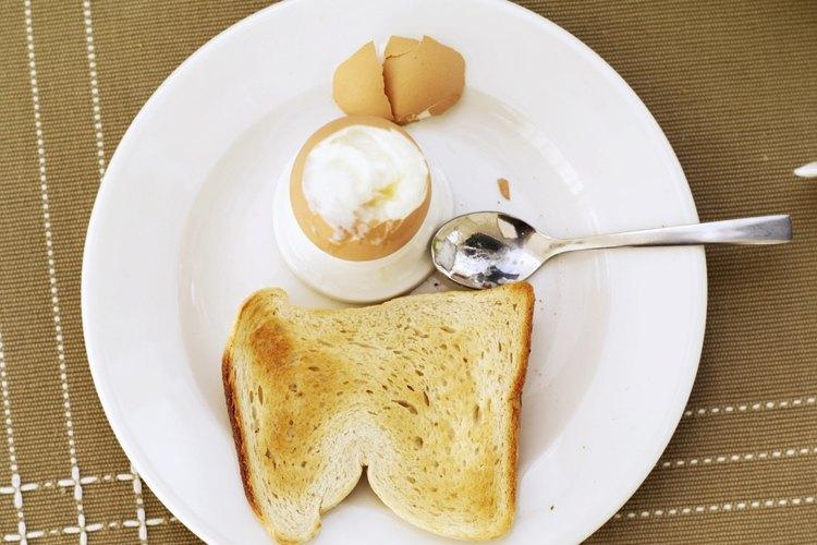 Los huevos y el pan tostado de grano entero suministran carbohidratos y las proteínas.