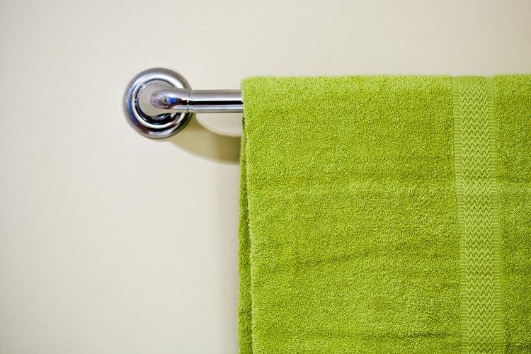 Coloca un toallero en el baño para que las toallas cuelguen y sea cómodo alcanzarlas.