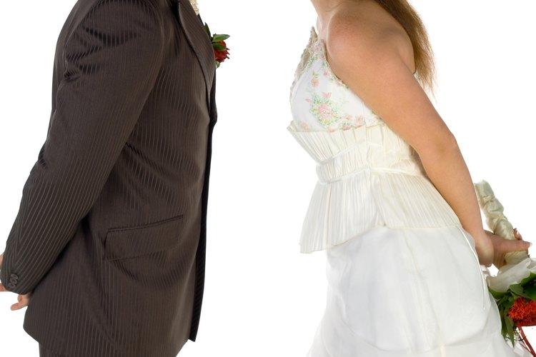 Haz que los invitados participen en juegos durante la recepción de la boda.