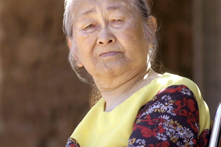 Muchos asistentes de servicios sociales sirven a los ancianos.