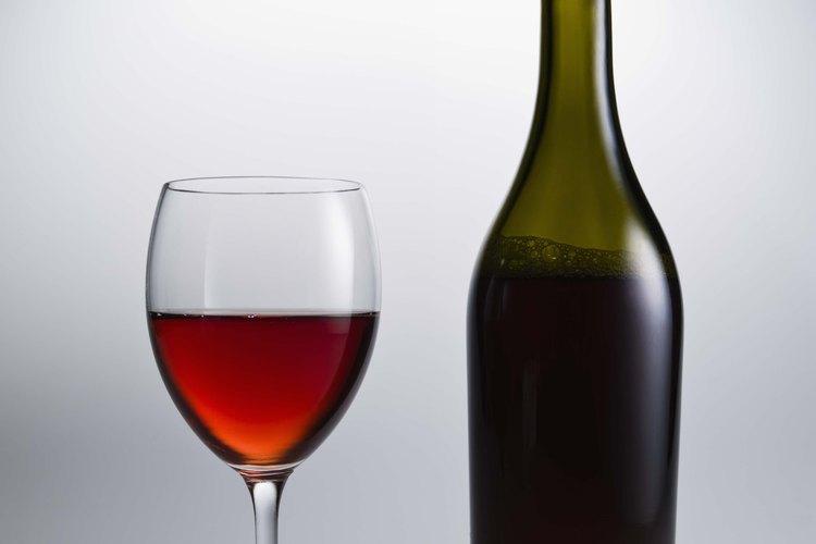 Las barricas de roble se usan para dar a algunos vinos tinto su sabor robusto y terroso.