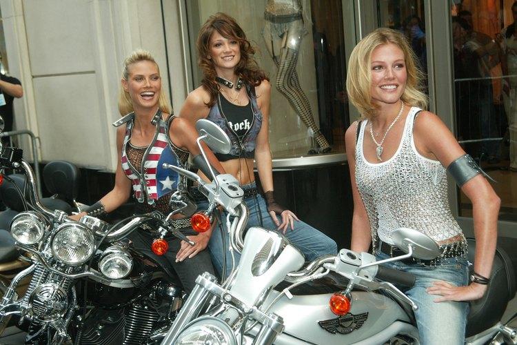 Las motos se suelen publicitar con bellas modelos.