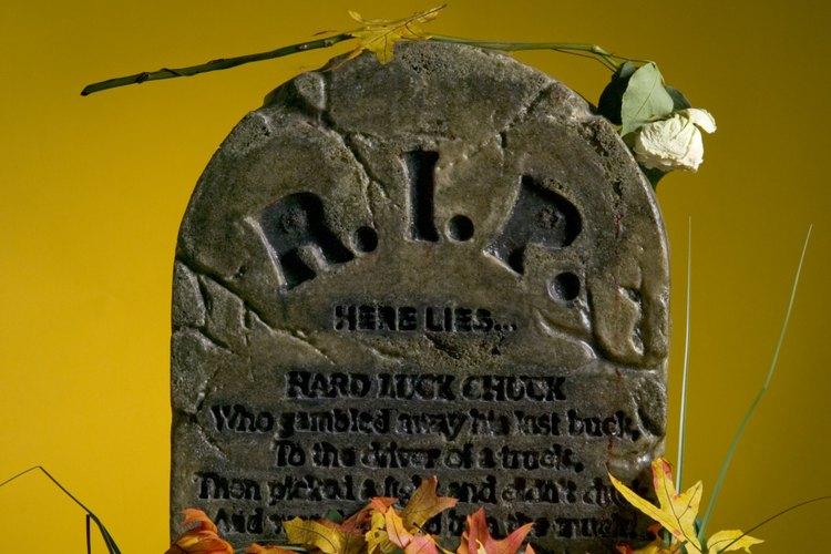En la noche de Halloween, pon linternas cerca de las tumbas para que los epitafios sean visibles.