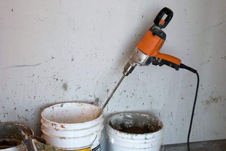 Los instaladores utilizan mezclas de estuco con agua.