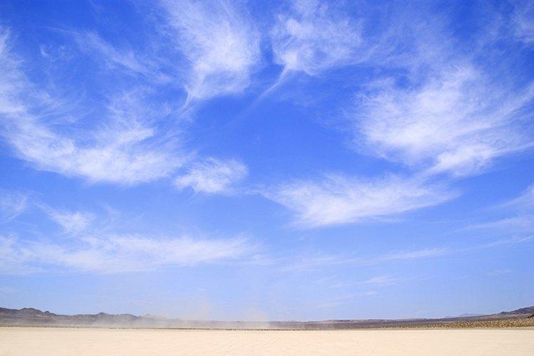 El ozono se forma de manera natural en la atmósfera alta.