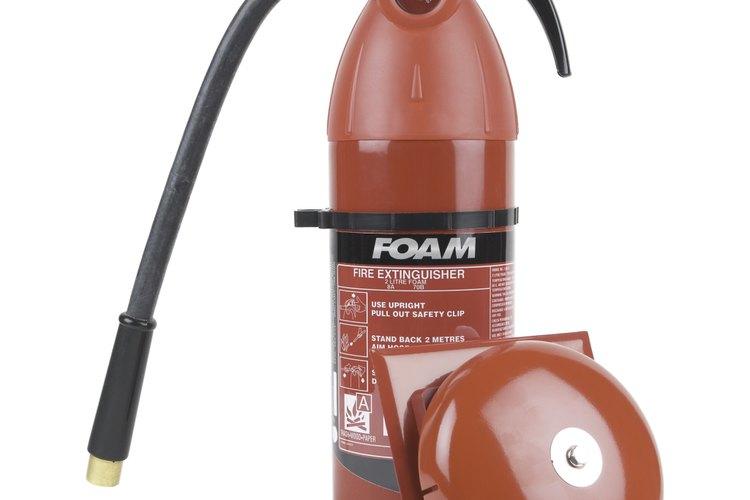Los extintores químicos de espuma controlan la mayoría de los tipos de incendios.