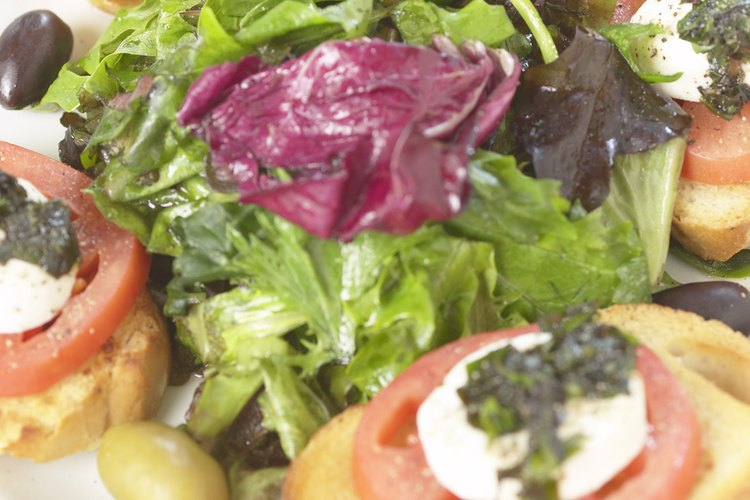 El pesto combina bien con el tomate y la mozzarella.