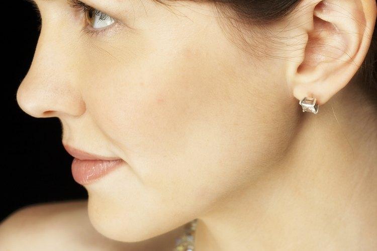Un collar brillante puede ser deslumbrante con un vestido sencillo.