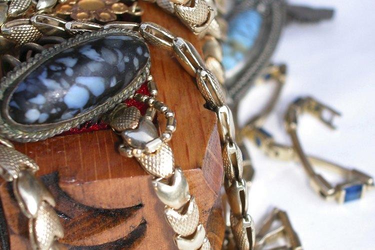 Por lo general, las joyas se hacen con oro blanco y plata genuina.